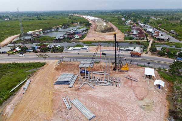 Foto udara pengerjaan proyek jalan tol Kayu Agung-Palembang-Betung (Kapal Betung) seksi II di Desa Ibul Besar I, Ogan Ilir (OI), Sumatra Selatan, Sabtu (27/5). - Antara/Nova Wahyudi