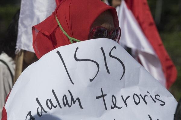 Peserta aksi yang tergabung dalam Barisan Relawan Bhinneka Jaya (Barabaja) berunjuk rasa dengan membawa poster di depan Istana Merdeka Jakarta, Senin (10/2/2020). - Antara/Wahyu Putro A