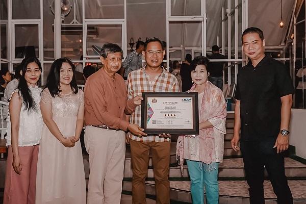 Manajemen dan pemilik Infinity8 Hotel menerima sertifikasi bintang 4 (istimewa)