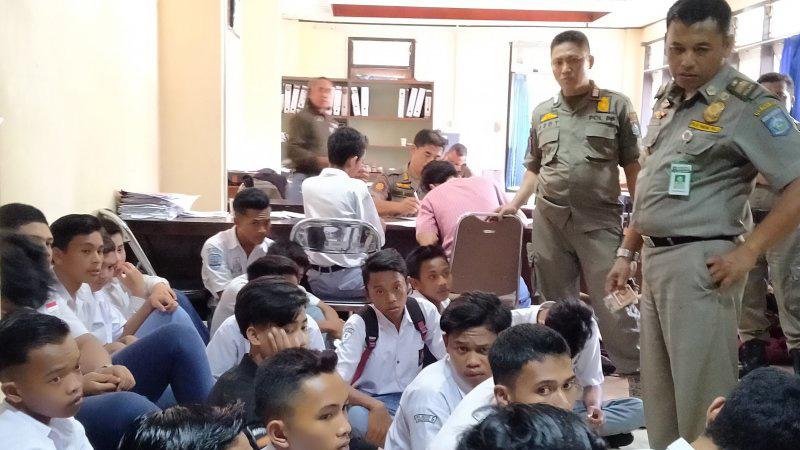 Sejumlah pelajar baik siswa SMK dan SMP di Kota Mataram saat menjalani pemeriksaan setelah terjaring razia karena bolos sekolah di sejumlah tempat di Kota Mataram oleh Satuan Polisi Pamong Praja (Sat Pol PP) Pemerintah Provinsi Nusa Tenggara Barat (NTB), Selasa (11/2/2020). - Antara/Nur Imansyah).