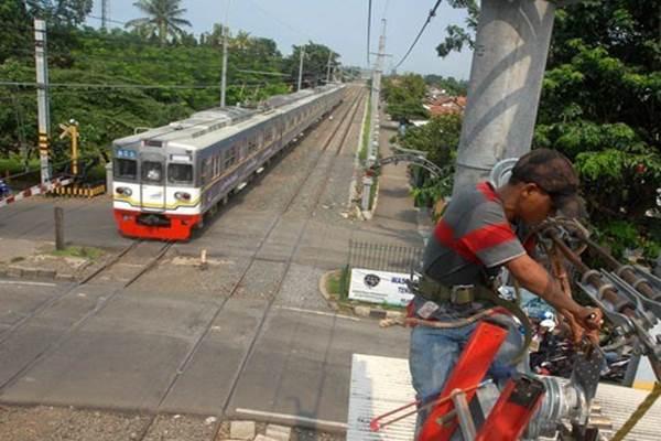 Kereta commuter line hendak melintasi masuk Stasiun Tangerang, Banten - Antara
