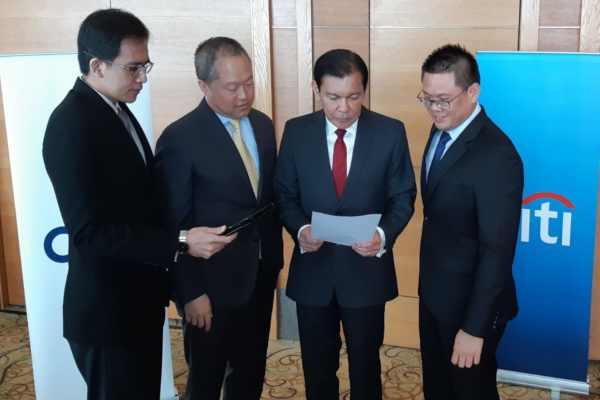 CEO Citibank N.A., Indonesia Batara Sianturi (kedua kanan) bersama jajarannya bersiap memaparkan kinerja keuangan perusahaan kuartal I/2019 di Ritz Carlton, Jakarta, Kamis (9/5 - 2019).