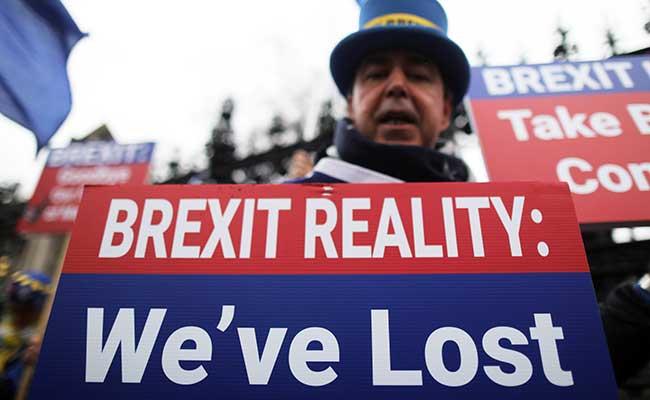 Aksi protes anti-Brexit menggelar unjuk rasa di luar Gedung Parlemen di London, Inggris (30/1 - 2020). Reuters