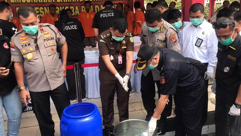Wakapolda Kepri Brigjen Pol. Yan Fitri Halimansyah saat pemusnahan sabu dan ekstasi. - Bisnis/Bobi Bani