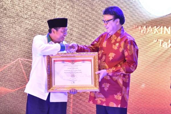 Wakil Gubernur Uu Ruzhanul Ulum menerima penghargaan itu langsung dari Menteri Pendayagunaan Aparatur Negara dan Reformasi Birokrasi Tjahjo Kumolo