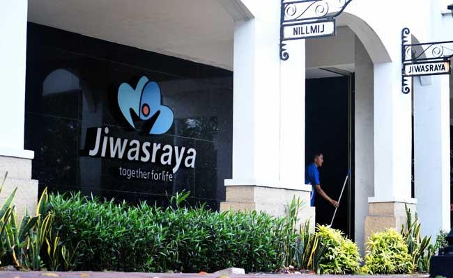 Warga melintas di dekat logo Asuransi Jiwasraya di Jakarta. Bisnis - Abdurahman