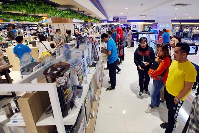 Pengunjung mengamati barang elektronik yang dipajang toko Electronic City Indonesia, di KotaKasablanka, Jakarta, Jumat (29/3/2019). - Bisnis/Abdullah Azzam