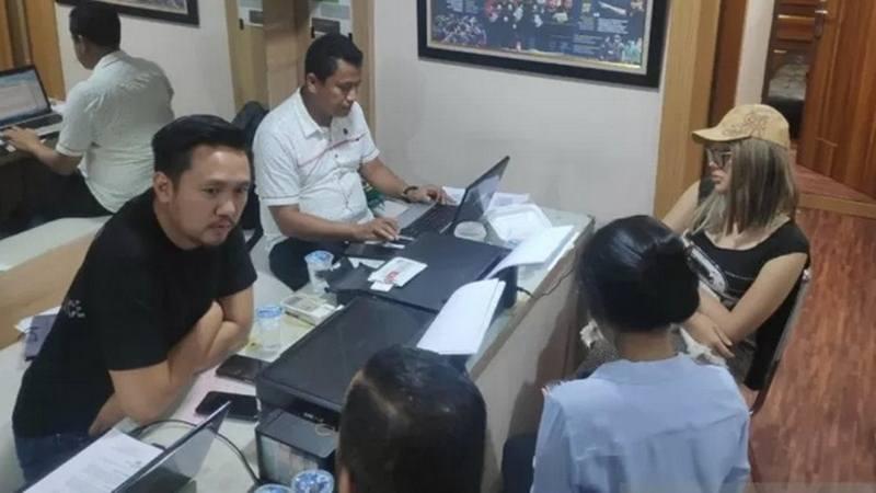 Lucinta Luna (topi warna cokelat) saat menjalani pemeriksaan terkait dugaan kepemilikan narkoba di Polres Metro Jakarta Barat, Selasa (11/2/2020). - Antara
