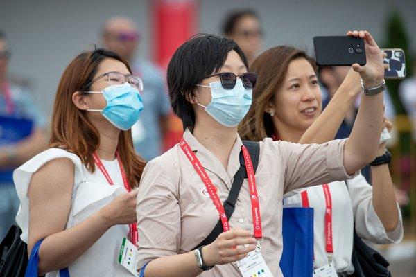 Pengunjung di Singapore Airshow mengunakan masker setelah Singapura menetapkan status siaga virus corona - Bloomberg
