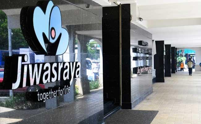 Warga melintas di dekat logo Asuransi Jiwasraya di Jakarta - Bisnis/Abdurahman