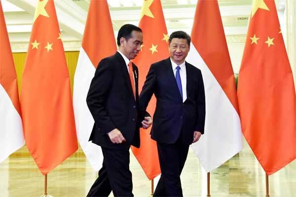 Presiden Joko Widodo (kiri) dan Presiden China Xi Jinping tiba untuk pertemuan di Great Hall of the People atau Balai Agung Rakyat, di Beijing, Minggu (14/5). - Reuters/Kenzaburo Fukuhara