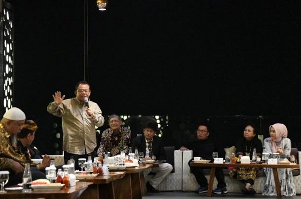 Gubernur Jabar Ridwan Kamil (ketiga kanan) berkumpul dengan para tokoh Jabar di Jakarta. - Istimewa
