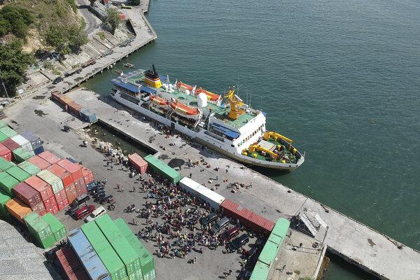 Sejumlah penumpang antre untuk menaiki KM Sangiang di Pelabuhan Gorontalo, Kota Gorontalo, Gorontalo.  - Antara