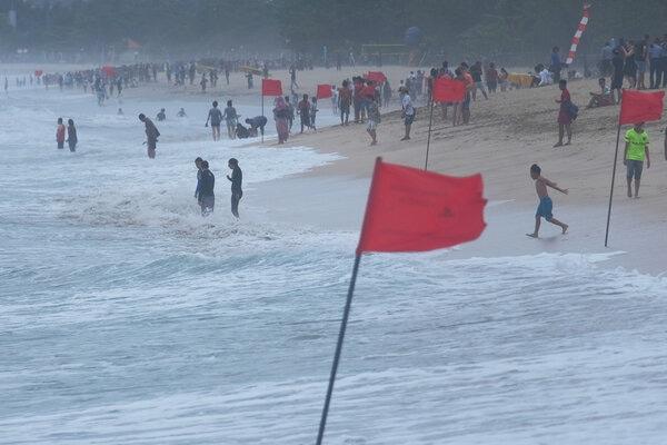 Wisatawan beraktivitas di kawasan pantai berbendera merah atau larangan berenang di Pantai Kuta, Badung, Bali, Sabtu (4/1/2020). - Antara/Nyoman Hendra Wibowo
