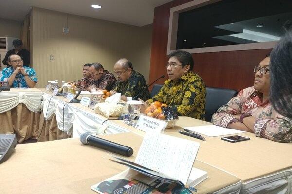 Direktur Utama Pelindo II, Elvyn G. Masassya (dua dari kanan) ketika memaparkan rencana pengembangan Pelabuhan Batu Ampar oleh konsorsium Pelindo II. - Bisnis/Bobi Bani.