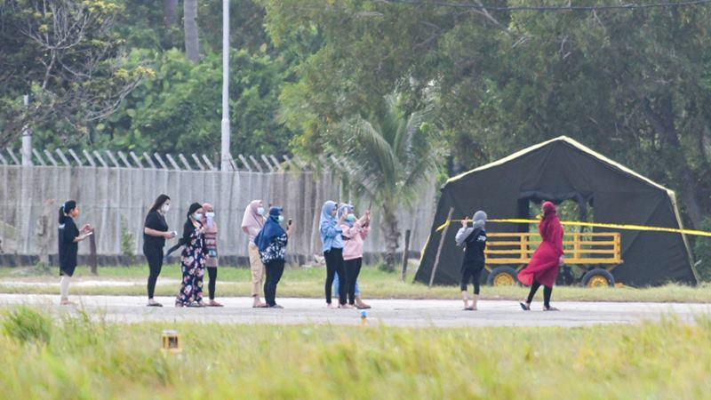 Sejumlah Warga Negara Indonesia (WNI) beraktivitas di Hanggar Pangkalan Udara Raden Sadjad, saat masa observasi pascaevakuasi dari Wuhan China di Ranai, Natuna, Kepulauan Riau, Selasa (4/2/2020). - ANTARA / M Risyal Hidayat