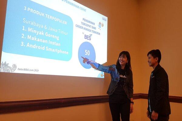 Senior Vice President Operations and Product Management Blibli.com, Lisa Widodo (kiri) dan Marketing PT Baruna Jaya Elektronika (Puri Cell) Yanata Fajarwati Utami (kanan) saat menjelaskan potensi e-commerce di Jatim kepada media di Surabaya, Rabu (12/2/2020). - Bisnis/Peni Widarti