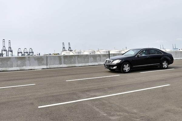 Mobil Presiden Joko Widodo melintasi Jalan Tol Akses Pelabuhan Tanjung Priok usai peresmiannya di Jakarta, Sabtu (15/4). - Antara/Puspa Perwitasari