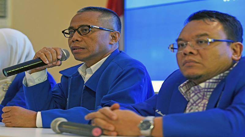 Bakal Calon Ketua Umum Partai Amanat Nasional (PAN) Dradjad Wibowo (kiri) menjawab pertanyaan disela menyerahkan formulir pendaftaran Caketum PAN periode 2020-2025 kepada Sekretaris Panitia Pengarah Kongres V PAN Saleh Daulay (kanan) di Jakarta, Sabtu (8/2 - 2020).?Antara