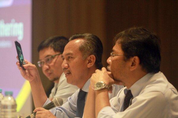 Kepala Kantor Wilayah Direktorat Jenderal Pajak Sulawesi Selatan Barat dan Tenggara Wansepta Nirwanda (tengah), Kabid Penyuluhan dan Pelayanan Humas Eko Pandoyo Wisnu Bawono (kanan) dan Kabid Data dan Pengawasan Potensi Pajak Hendrayana Surasantika memberikan keterangan kepada wartawan terkait kinerja DJP di Makassar Sulawesi Selatan, Rabu (12/2/2020). Tahun ini DJP Sulawesi Selatan Barat dan Tenggara menargetkan penerimaan pajak sebesar Rp16,8 triliun. - Bisnis/Paulus Tandi Bone