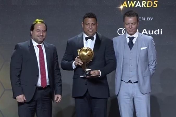 Ronaldo atau Luiz Nazario de Lima (tengah) menerima penghargaan Palyer Career Award dalam ajang Global Soccer Awards 2019.