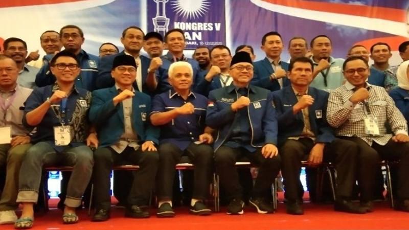 Ketua Umum DPP PAN Zulkifli Hasan (nomor 3 dari kanan). - Antara