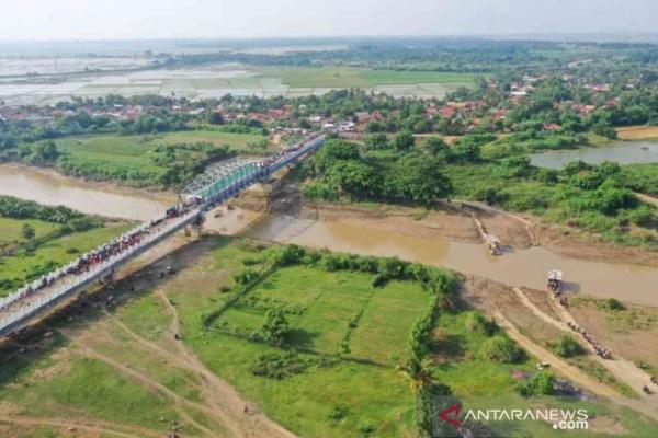 Jembatan di atas Sungai Citarum ini melintasi wilayah Kecamatan Pebayuran Kabupaten Bekasi sepanjang 909 meter dan membentang hingga melewati Kecamatan Rengasdengklok Kabupaten Karawang sejauh 308,5 meter.