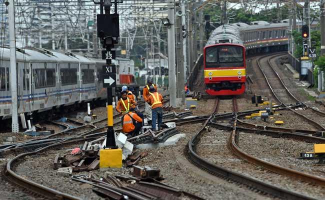 Sejumlah petugas melakukan perawatan rel di Stasiun KA Jakarta Kota, Jakarta, Selasa (11/2/2020). ANTARA FOTO - Aditya Pradana Putra