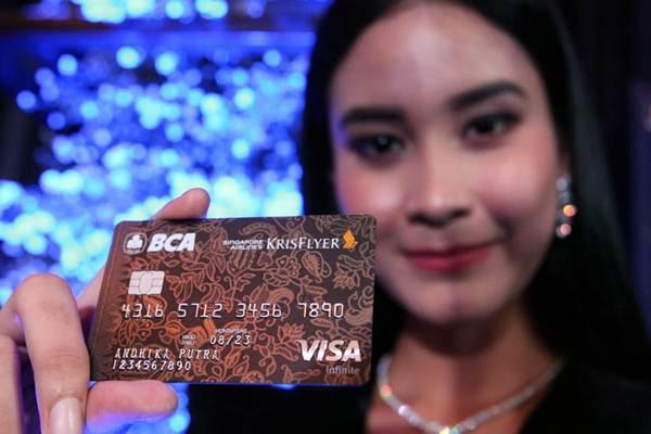 Ilustrasi - Model memperlihatkan Kartu Kredit BCA Singapore Airlines KrisFlyer Visa Infinite saat peluncurannya, di Jakarta, Senin (3/12/2018). - JIBI/Dedi Gunawan