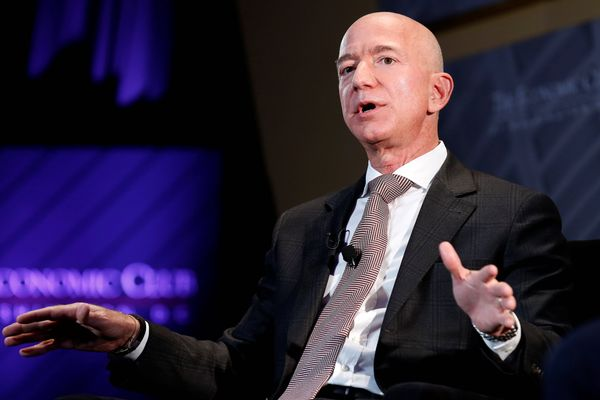 Presiden dan CEO Amazon, sekaligus pemilik The Washington Post, Jeff Bezos berbicara di acara Milestone Celebration Dinner yang digelar Economic Club of Washington DC di Washington, AS, Kamis (13/9). - Reuters/Joshua Roberts
