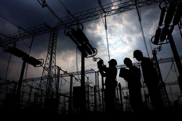 Petugas melakukan perawatan rutin disela acara syukuran peresmian proyek lingkungan PLN di Gardu Induk Gandul Cinere, Depok. Bisnis - Nurul Hidayat