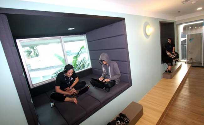 Karyawan beraktivitas di coworking space CoHive terbaru di Jakarta, Selasa (28/1). Bisnis - Arief Hermawan P