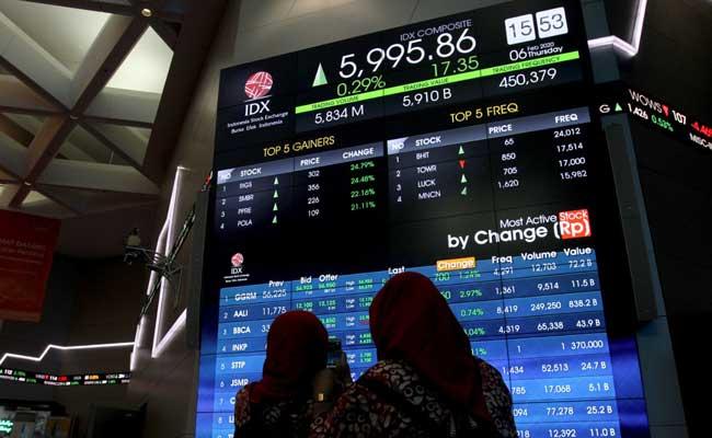 Pengunjung memfoto layar pergerakan Indeks Harga Saham Gabungan (IHSG) di galeri PT Bursa Efek Indonesia, Jakarta, Kamis (6/2/2020). - Bisnis/Arief Hermawan P
