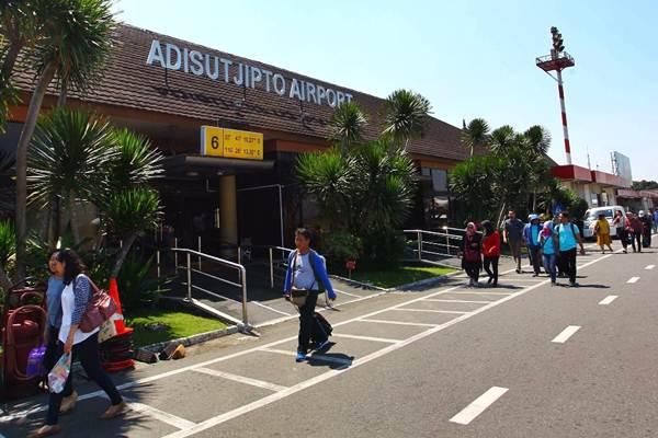 Penumpang tiba di Bandara Internasional Adisutjipto Yogyakarta. - Bisnis