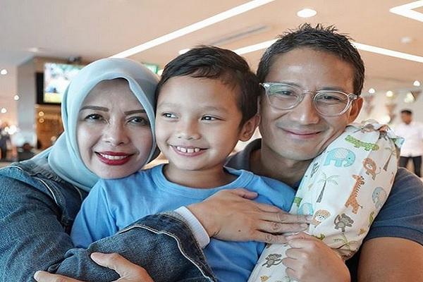 Sandiaga Uno (kanan) bersama anak bungsu dan istrinya - Instagram @sandiuno