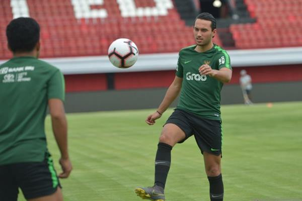 Pemain Timnas U-23 Indonesia Ezra Walian memainkan bola saat latihan di Stadion I Wayan Dipta, Gianyar, Bali, Jumat (15/3/2018). - Antara