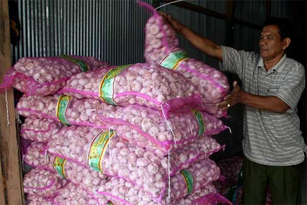 Pedagang menata bawang putih di kiosnya di Pasar Tradisional Baruga, Kendari, Sulawesi Tenggara, Senin (8/5). - Antara/Jojon