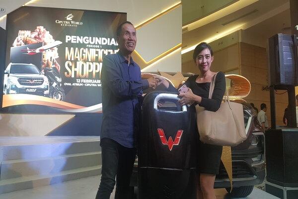 Senior Director Ciputra Group, Sutoto Yakobus (kiri) saat memberikan hadiah berupa mobil Wuling Almaz kepada pemenang dalam pengundian Magnificent Shopprize Periode 1 CWS, Rabu malam (12/2/2020). - Bisnis/Peni Widarti