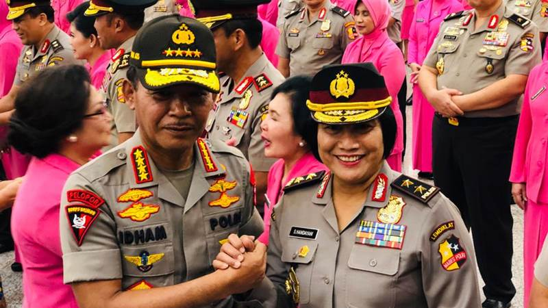 Kapolri Jenderal Pol. Idham Azis melakukan salam komando bersama Irjen Pol. Sri Handayani - Bisnis/Sholahuddin Al/Ayyubi