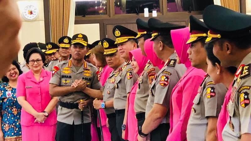 Kapolri Jenderal Pol. Idham Azis bersalaman dengan perwira tinggi Polri yang mendapat kenaikan pangkat - Bisnis/Sholahuddin Al Ayyubi