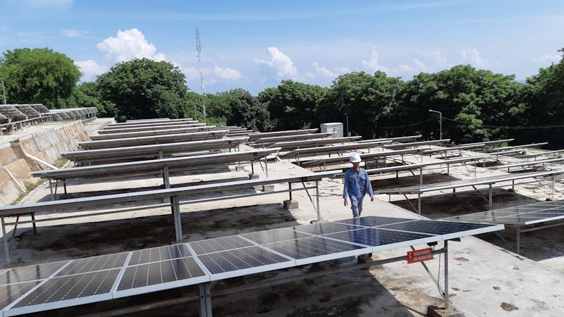 Petugas sedang melakukan pengecekan harian di PLTS Gili Trawangan dengan kapasitas 600 kWp -  Bisnis / David E. Issetiabudi