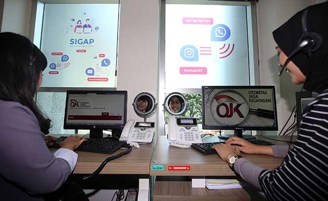Karyawan menjawab telepon di Call Center Otoritas Jasa Keuangan (OJK) di Jakarta, Senin (30/12/2019). Bisnis - Abdullah Azzam