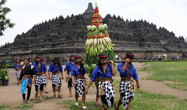 Sejumlah seniman mengusung gunungan Palawija saat kirab Ruwat Rawat Borobudur di kompleks Taman Wisata Candi (TWC) Borobudur, Magelang, Jawa Tengah, Minggu (9/2/2020). -  ANTARA / Anis Efizudin