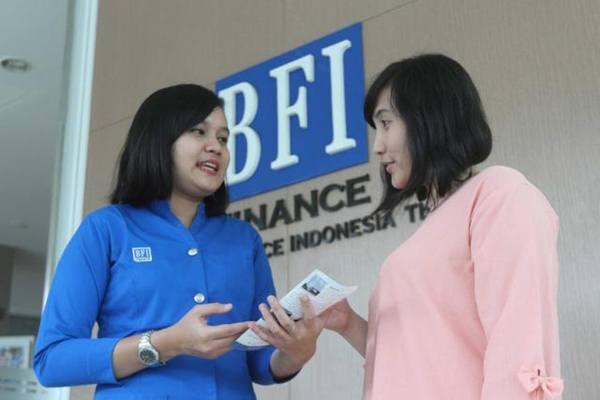 Karyawati memberikan penjelasan kepada nasabah di kantor BFI Finance di Jakarta. - JIBI/Endang Muchtar