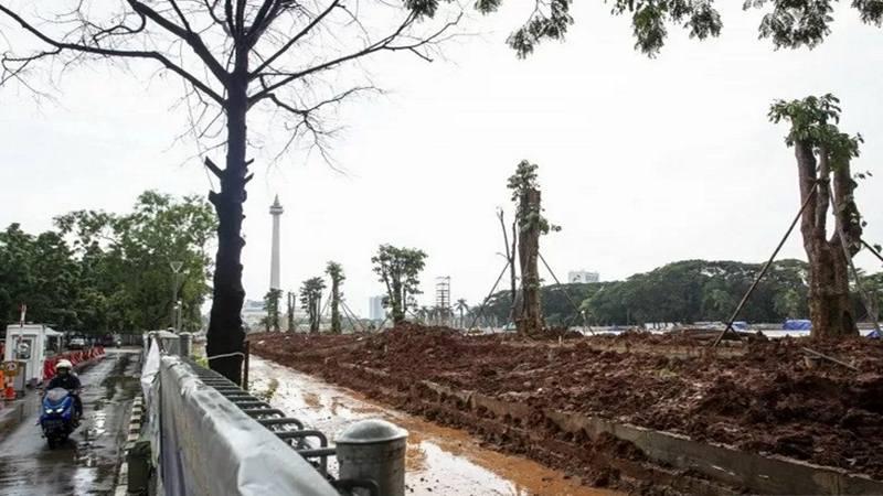 Penanaman pohon di lokasi revitalisasi Plaza Selatan Monumen Nasional (Monas), Jakarta, Selasa (4/2 - 2020).