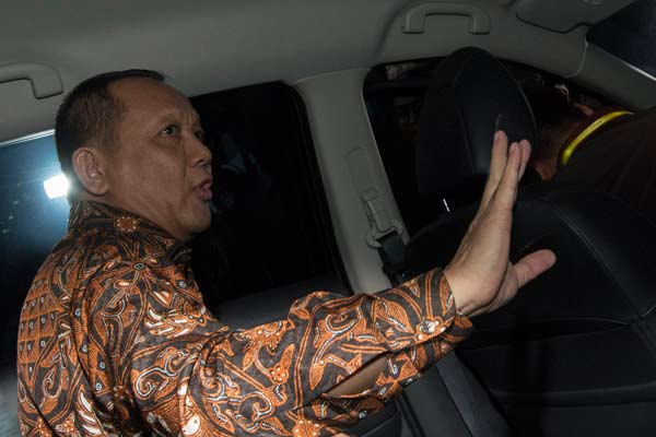 Sekretaris Mahkamah Agung (MA) Nurhadi Abdurrachman memasuki mobil usai diperiksa KPK di gedung KPK, Jakarta, Selasa (24/5). Nurhadi diperiksa sekitar 8 jam sebagai saksi untuk tersangka Dody Ariyanto Supeno dalam kasus dugaan suap terkait pengajuan Peninjauan Kembali (PK) di Pengadilan Negeri Jakarta Pusat.  - ANTARA