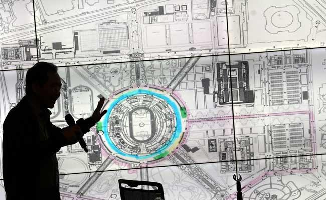 Direktur Utama Pusat Pengelola Komplek Gelora Bung Karno (PPK GBK) Winarto menjelaskan rencana rute sirkuit yang disiapkan untuk balap mobil Formula E di kompleks GBK, Senayan, jakarta, Selasa (11/2/2020). ANTARA FOTO - Aditya Pradana Putra
