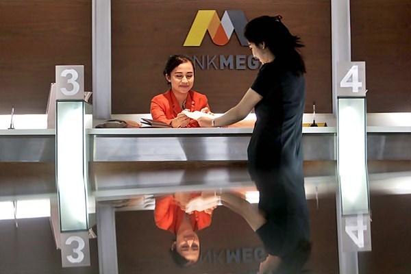 Karyawan melayani nasabah di kantor Bank Mega, di Jakarta. - JIBI/Nurul Hidayat