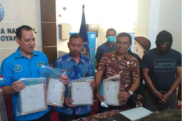 Kepala BNNP DIY Brigjen Pol I Wayan Sugiri (kedua dari kiri) menunjukkan barang bukti narkoba dan tampak tersangka kurir sabu (paling kanan) dalam pemeriksaan petugas di Kantor BNNP DIY, Jumat (14/2/2020). - Harian Jogja/Sunartono.