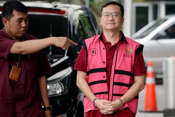 Tersangka kasus dugaan korupsi di PT Asuransi Jiwasraya (Persero) Komisaris PT Hanson Internasional Benny Tjokrosaputro (kanan) bersiap menjalani pemeriksaan di Gedung KPK, Jakarta, Jumat (31/1/2020). - ANTARA FOTO/Muhammad Iqbal